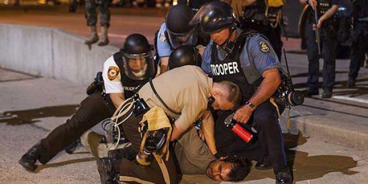 Amerikan Adaleti: Siyahiyi Öldüren Polis Yargılanmayacak!