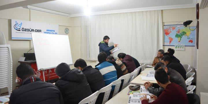 Amasya Özgür-Der'de Suriyeliler Türkçe, Türkiyeliler Arapça Öğreniyor