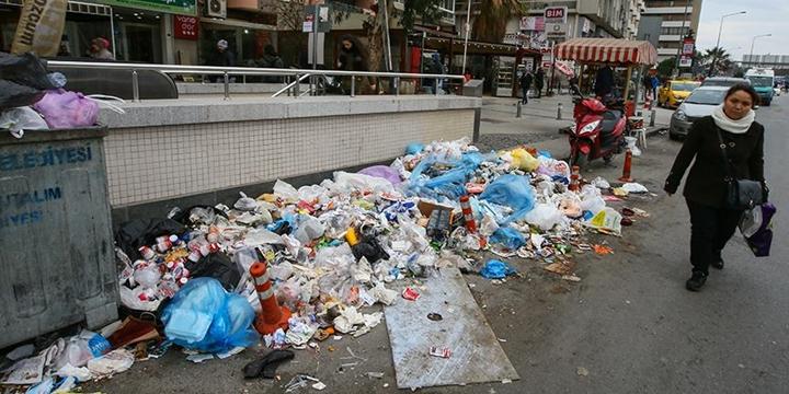 İzmir'in Karabağlar İlçesinde Grev: Çöpler Toplanmıyor