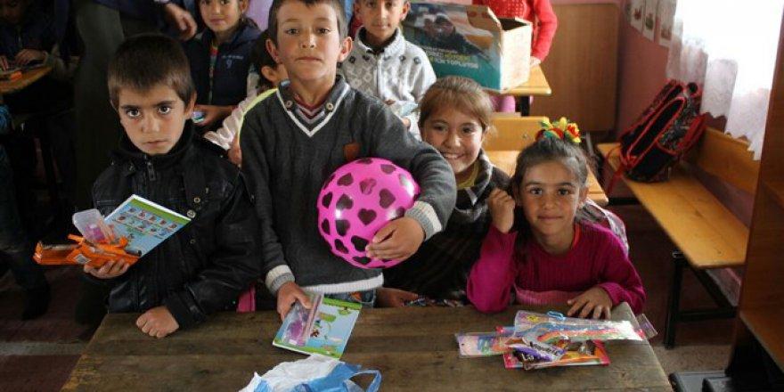 Hayırda Buluşanlar Topluluğu Varto'da Öğrencilere Yardımda Bulundu