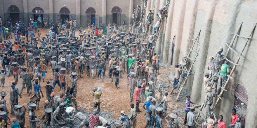 Mali'de Toprak Camiyi Çamurla Tamir Ediyorlar