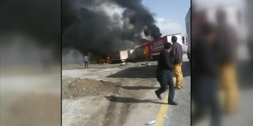 Ağrı'da Yol Kesen PKK Araç Yaktı