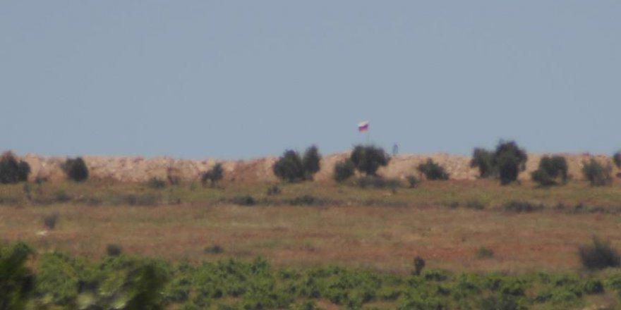 PYD'nin Sınıra Astığı Suriye ve Rus Bayrağı Sayısı Arttı