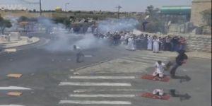İşgalci İsrail Askeri Namaz Kılan Müslümana Tekme Attı