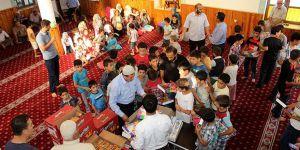 Cami Cemaatinden Suriyeli Çocuklara Hediye