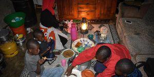 """""""Evde Yemek Olmadığı İçin İftarlarını Camide Yaptılar"""""""