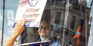 İngiltere'de İslam Karşıtları Başörtülü Şoförün Kullandığı Otobüsü Kuşattı