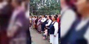 Çin, Uygur Kadınların Zorla Başını Açarak Çin Ulusal Marşını Söyletti