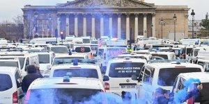 Fransa'da Ambulans Çalışanları ve Öğrenciler de Sokağa Döküldü
