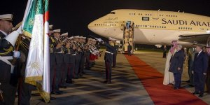 Cezayir'de Prens Selman'ı Karşılayan Başbakan'a Tepki