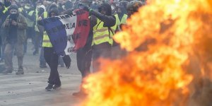 Fransa İçişleri Bakanı 'Sarı Yelekliler'in Tümünü Suçlu İlan Etti
