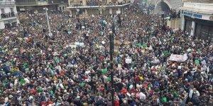 On Binlerce Cezayirli Buteflika'ya Karşı Protesto Gösterileri Düzenliyor