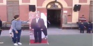 Diktatör Toplantılara Artık Resimlerini Gönderiyor