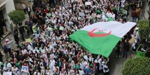 Cezayirliler 'Üç B Gitmeli' Sloganıyla Sokağa İniyor
