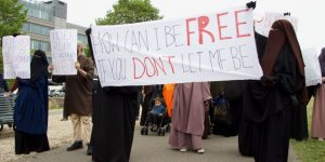 Hollanda'da Burka Yasağı Protesto Edildi
