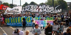 Almanya'da On Binlerce Kişi Irkçılığa Karşı Yürüdü
