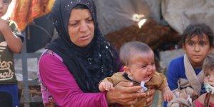"""""""Dayanılmaz bir Hal"""": Yerinden Edilmiş Suriyeliler Dışarıda Geceliyor"""