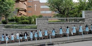 Hong Kong'da İnsan Zinciriyle Protesto