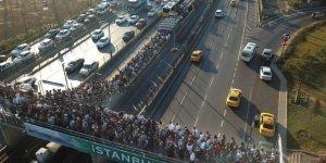 Metrobüs Duraklarındaki Yoğunluk Devam Ediyor