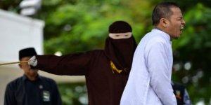 """Endonezya'da İlk Kez Bir İmam """"Zina""""dan Kırbaçlandı"""