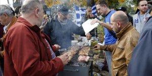 Irkçılardan Göçmenlere 'Domuz Etli' Protesto