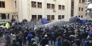 Gürcistan'da Parlamentoyu Kuşatan Protestoculara Müdahale