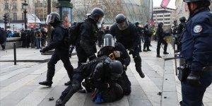 Fransa'da Bir Polise Sarı Yelekliye Şiddetten Ceza