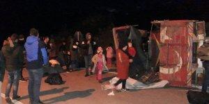 Çanakkale'de Göçmenleri Taşıyan Kamyon Devrildi: 32 Yaralı