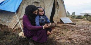 İdlib'de Siviller, Isınmak İçin Elbiselerini Yakıyor