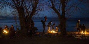 Midilli'de Mülteciler Aşırı Sağcılarla Karşılaşmamak İçin Sahilde Sabahlıyor