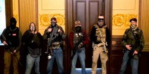 ABD'de Sokağa Çıkma Yasağını Protesto Eden Silahlı Gruplar Meclis Bastı