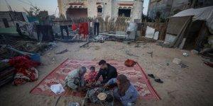 Siyonist İsrail'in Saldırısında Evleri Yıkılan Gazzeli Aile Ramazanı Sokakta Geçiriyor