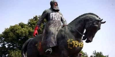 """Brüksel'de """"Sömürgeci Kral""""ın Bir Heykeli Daha Tahrip Edildi"""
