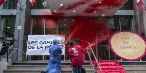 Fransız Eylemciler Sağlık Bakanlığını Kırmızıya Boyadı