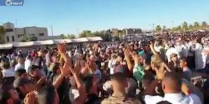 Dera'da Toplanan Suriyeliler İran ve Esed Karşıtı Gösteri Yaptı