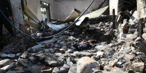 Cammu Keşmir'de Evlerine Top Mermisi İsabet Eden Aynı Aileden 3 Kişi Öldü