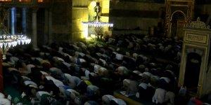 Ayasofya Camii'ne ziyaretçi akını gece de devam etti