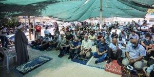 Filistinliler Doğu Kudüs'te cuma namazı kılarak Siyonist İsrail'in yıkımlarına tepki gösterdi