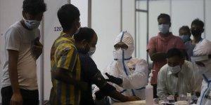 Son 24 saatte Hindistan'da 76 bin kişide Covid vakası tespit edildi