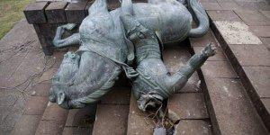 Kolombiya'da protestocular İspanyol sömürge dönemi komutanının heykelini yıktı