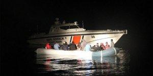 Balıkesir'de Türkiye kara sularına itilen 32 göçmen kurtarıldı