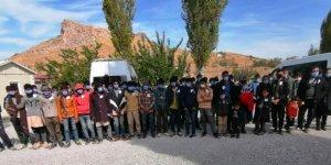 Van'da 72 sığınmacının bulunduğu minibüste 2 kişi havasızlıktan yaşamını yitirdi