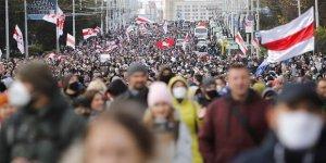 Müdahale tehdidine rağmen Belarus'ta gösterilerin 10. haftasında on binler sokağa çıktı