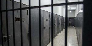 Siyonist İsrail açlık grevindeki 60 Filistinliyi tek kişilik hücrelere naklediyor