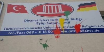 Almanya'da bir camiye boyalı saldırı
