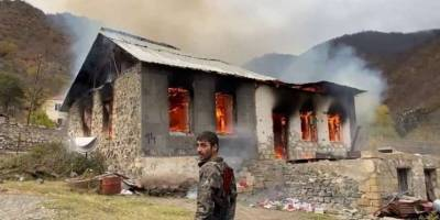 Kelbecer'i terk eden Ermeniler evleri ve ormanları yakıyor