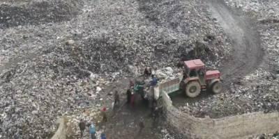 İdlib'de çocuklar çöplükte yiyecek arıyor!