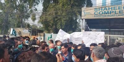 Pakistan'da şantiyelerine polis baskını düzenlenen Türkiyeli işçiler protesto düzenledi