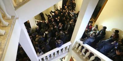 Paşinyan karşıtları Başbakanlık binasını kuşattı