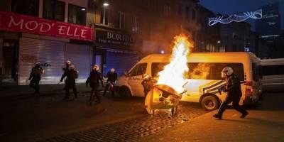 Belçika'da siyahi gencin gözaltında ölmesini protesto eden eylemciler karakolu ateşe verdi